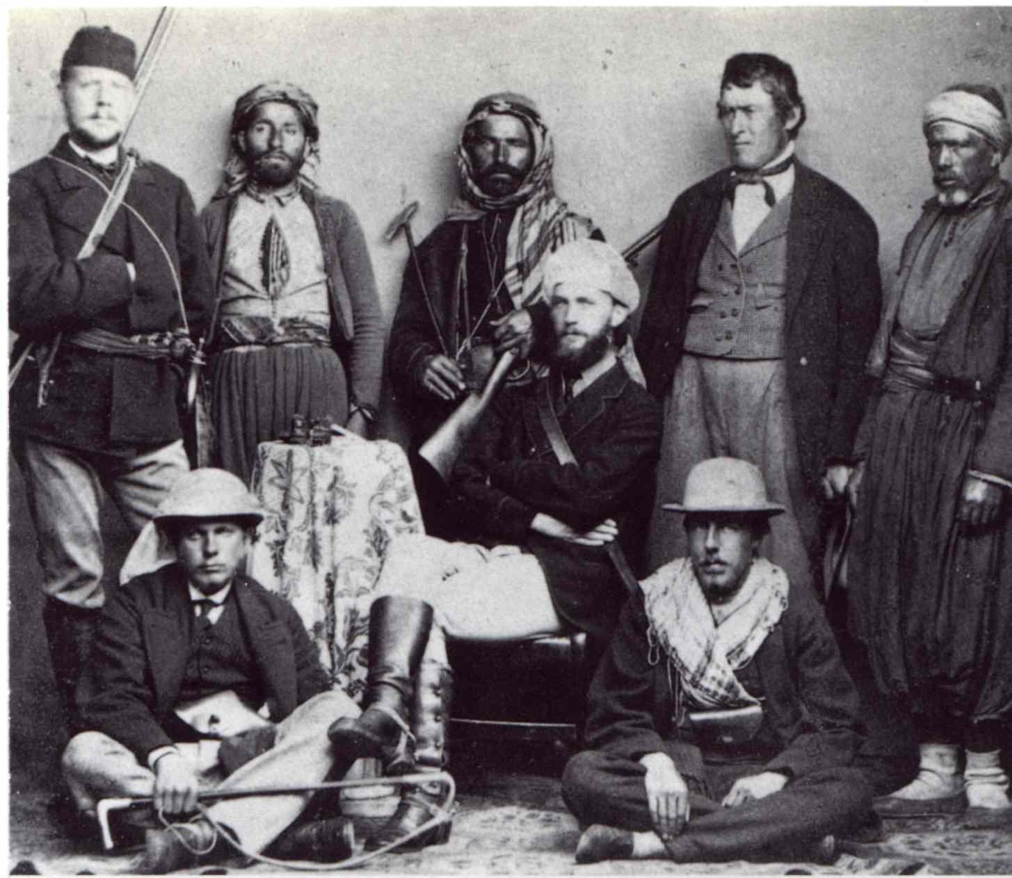 Адольфус Мур, Каминс Таккер, Дуглас Фрешфильд, Франсуа Девуассу и Кавказцы оказывающие поддержку экспедиции.